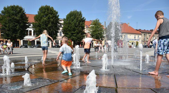 zabawa dziecka w fontannie