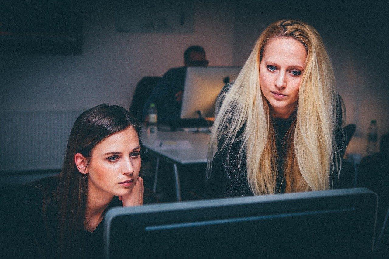 konsumentki - laptop - wnioskowanie o kredyt gotówkowy firmowy