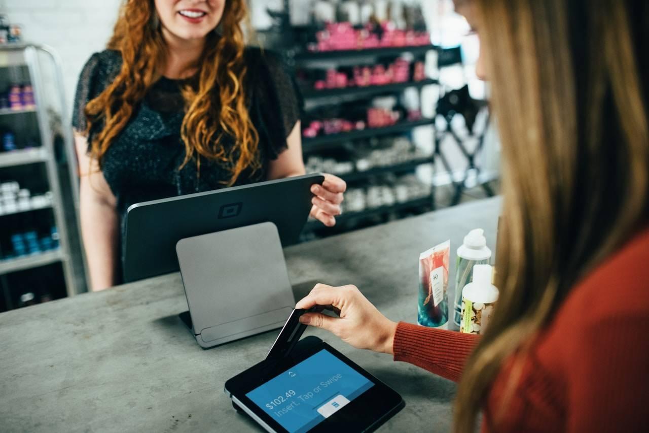 płatność kartą kredytową w sklepie - terminal i kasa
