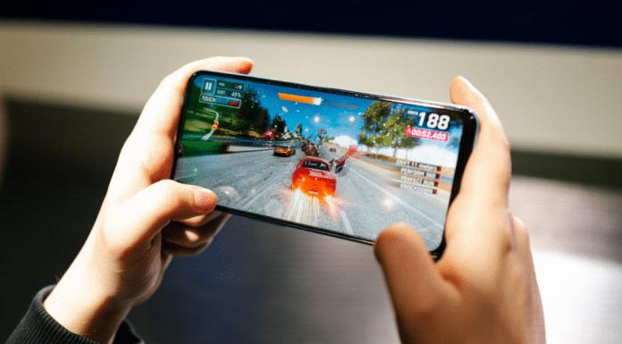 Polacy chętniej sięgają po tańsze smartfony. Coraz częściej oferują one